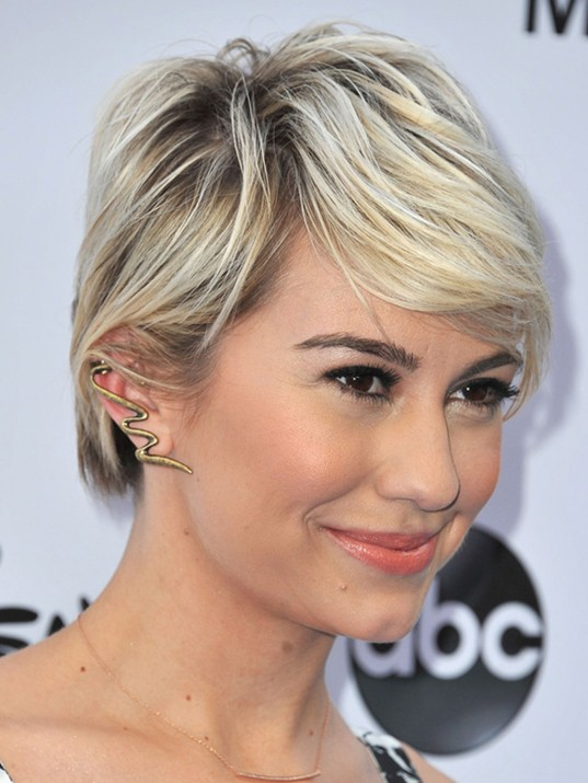 Chelsea & # 39; s Layered Short Straight Hairstyle with Side Swept Bangs