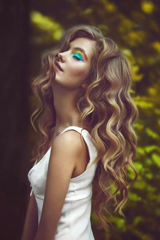 Blonde curls with side part
