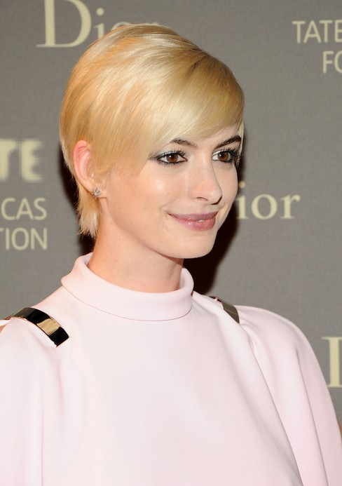"Anne Hathaway Short pixie cut with side-swept bangs for women ""width ="" 465"