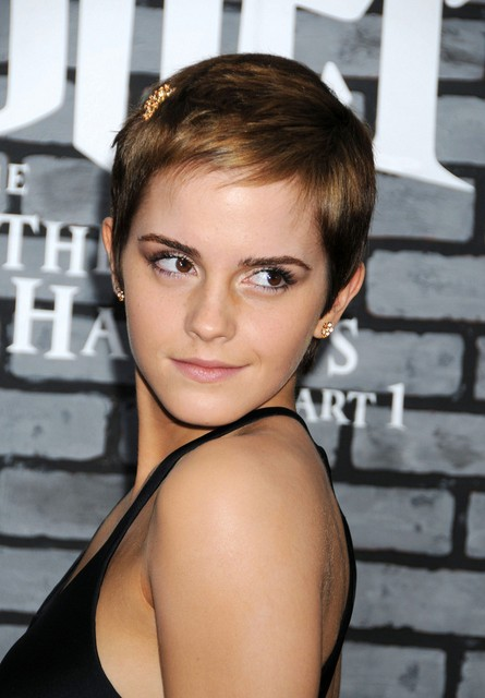 "Emma Watson Short pixie haircut with side-swept bangs for fine hair ""width ="" 465"