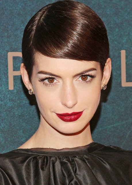 "Anne Hathaway Deep Side Parting Short Hairstyles ""width ="" 465"