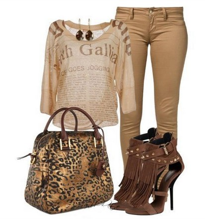 Daily outfit look, printed top, light brown skin and bag with animal motif