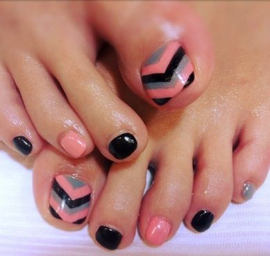Chevron toenail design