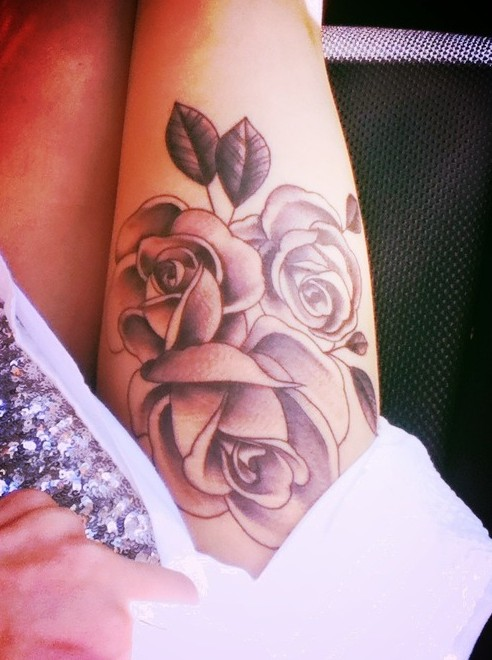 Rose tattoos on the thigh