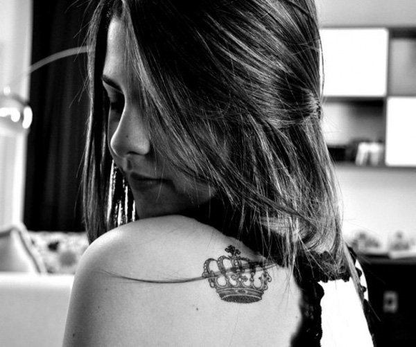 Nice crown tattoo on the shoulder for women
