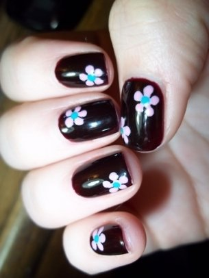 Put flowers on your nails