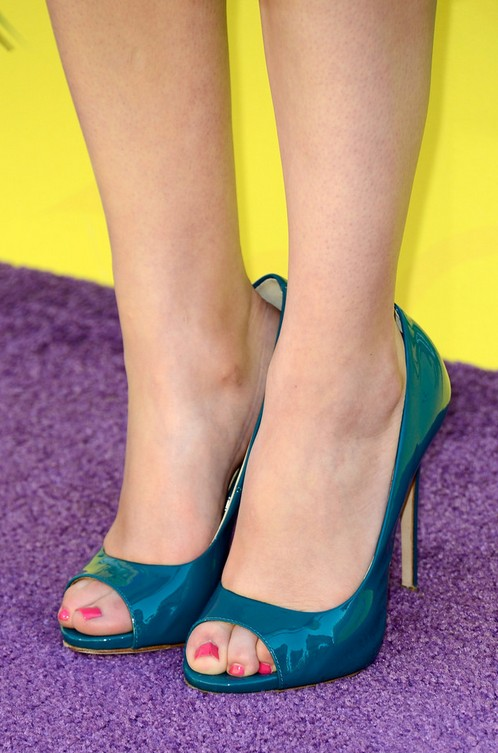 Miranda Cosgroves peep toe pumps