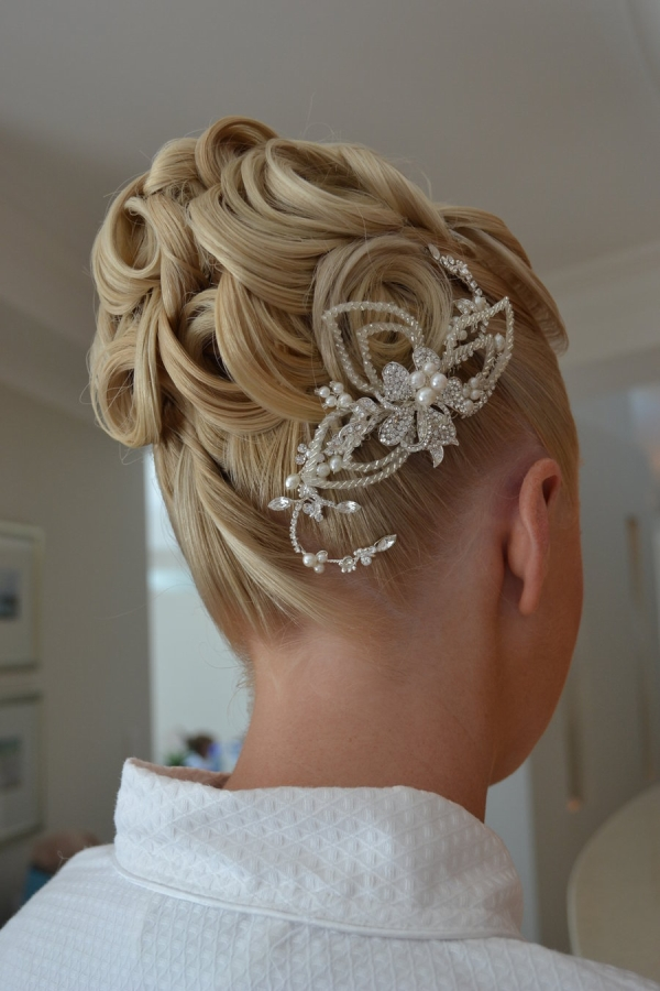 Pin-up bun for curly hair for wedding hairstyles