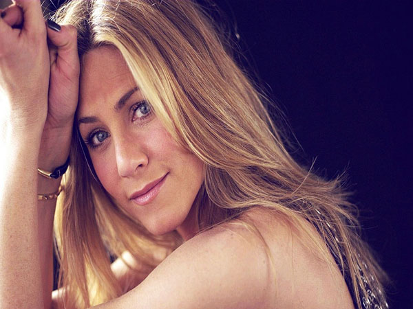 Jennifer Aniston Long brown hairstyle with layers