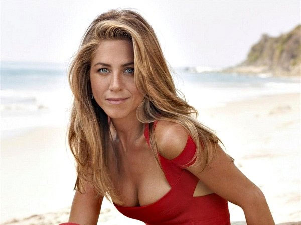 Jennifer Aniston Long Wavy Hairstyle with Highlights