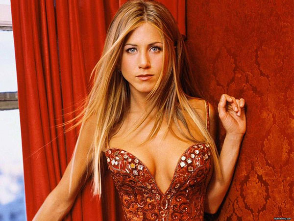 Jennifer Aniston straight blonde hairstyle