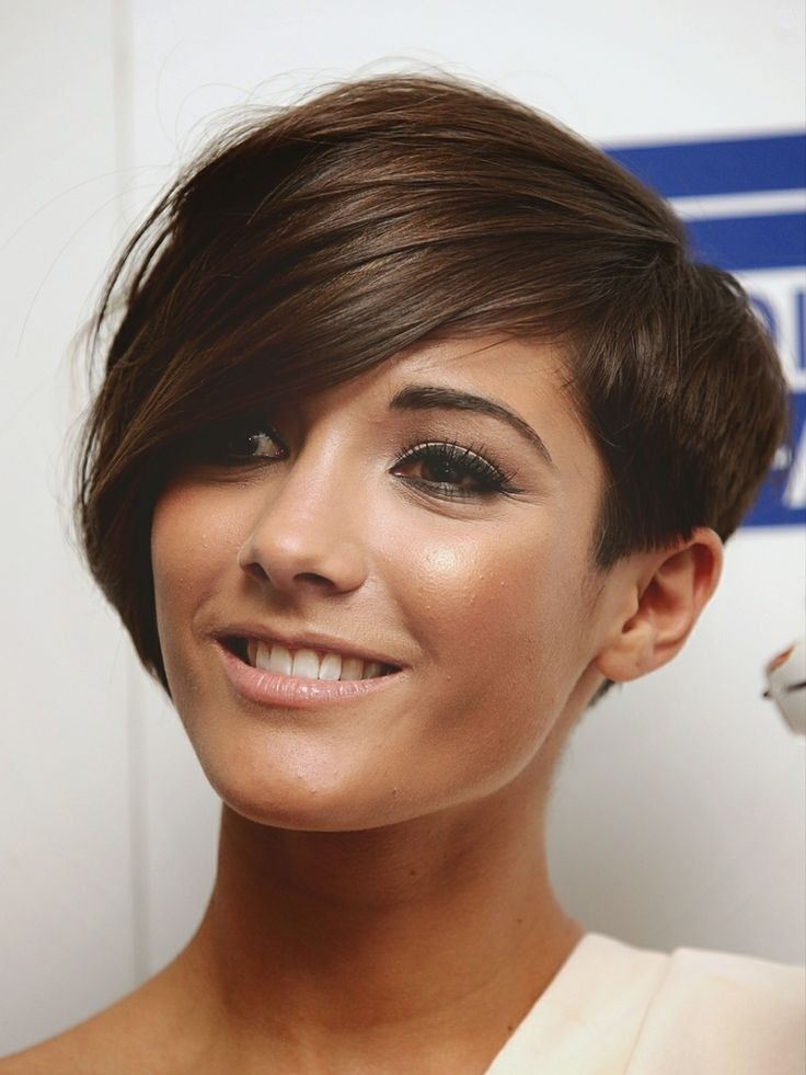 Frankie Sandford asymmetric short hairstyle