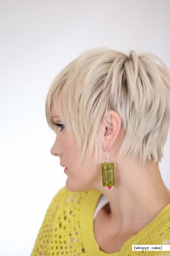 Short layered hairstyle for platinum hair