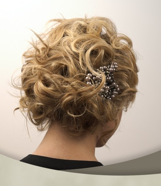 Short curly hairstyle for the wedding