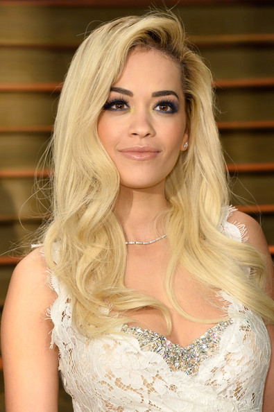Rita Ora Blonde Long curly hair and smoky eyes