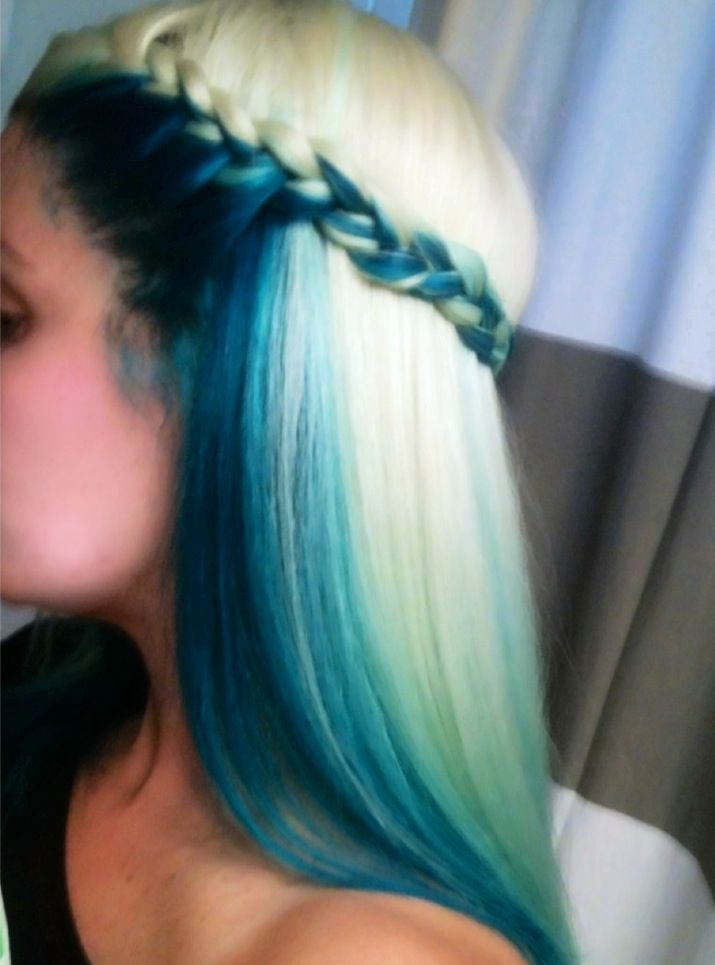 Blue and blonde colored hairstyle