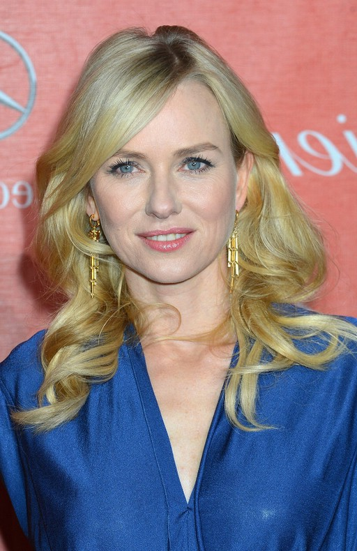 Naomi Watts long blonde blonde curly hairstyle with slim side bangs for winter