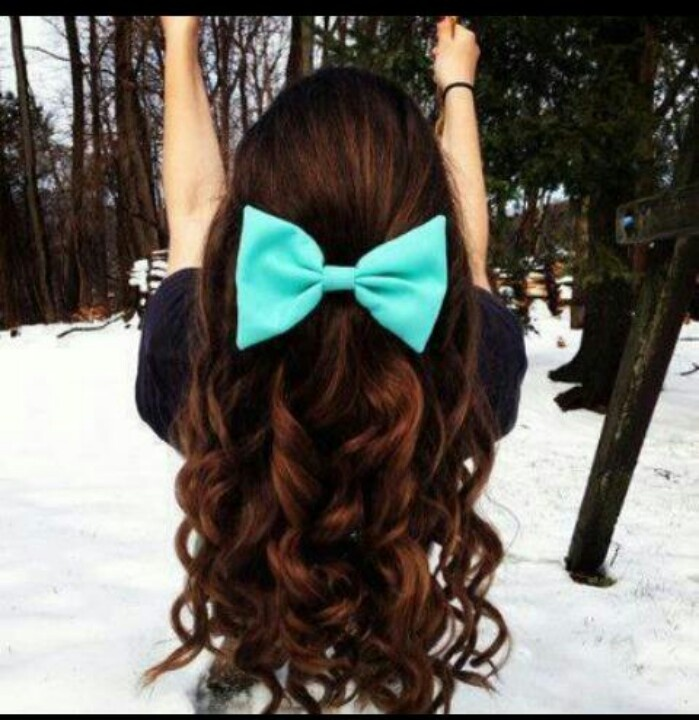 Long wavy hairstyle with a hair bow