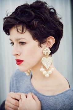 Short curly curly hairstyle