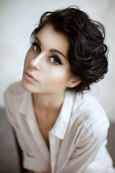 Short wavy vintage style hairstyle