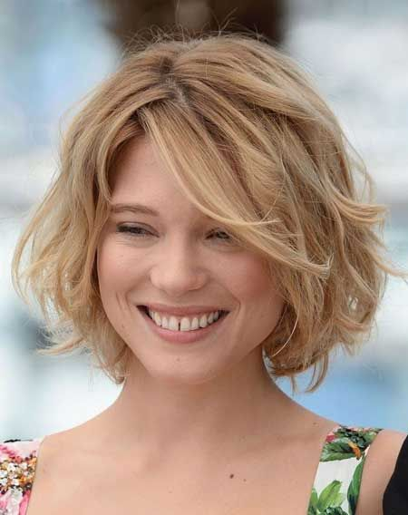 Simple short wavy hairstyle for blonde hair