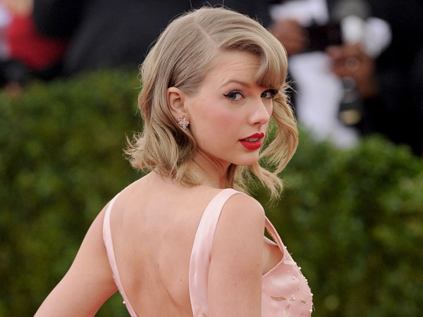 Taylor Swift Short Curls