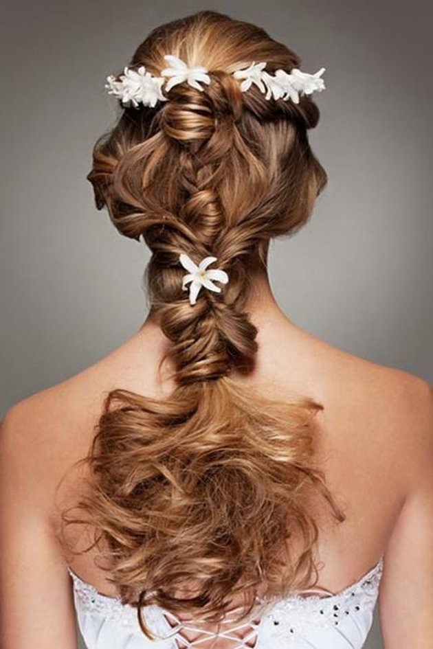 Beautiful wedding hairstyle with flowers