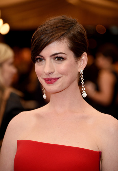 Anne Hathaway side-part straight haircut