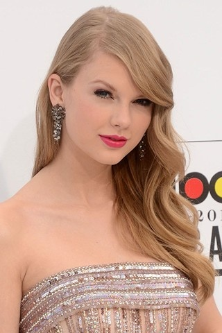 Taylor Swift Side-Sweep Curls