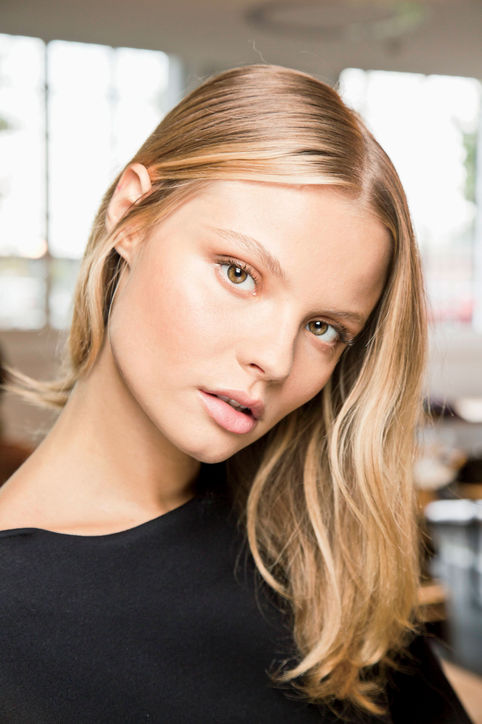 Golden highlights for glowing skin