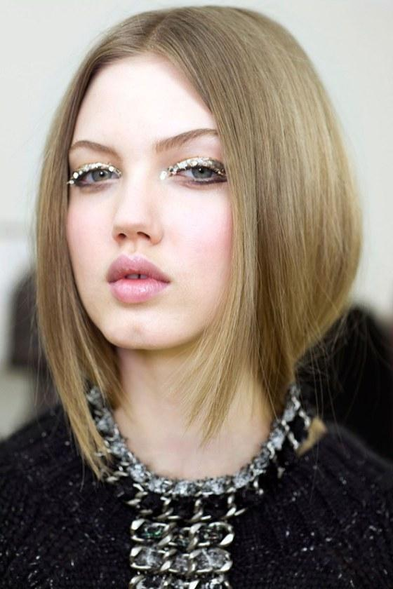 Middle part straight hairstyle trend