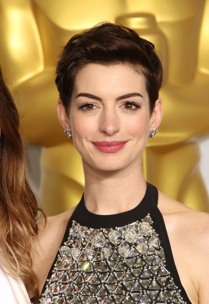 Chic hairstyles for elegant women: Anne Hathaway Pixie
