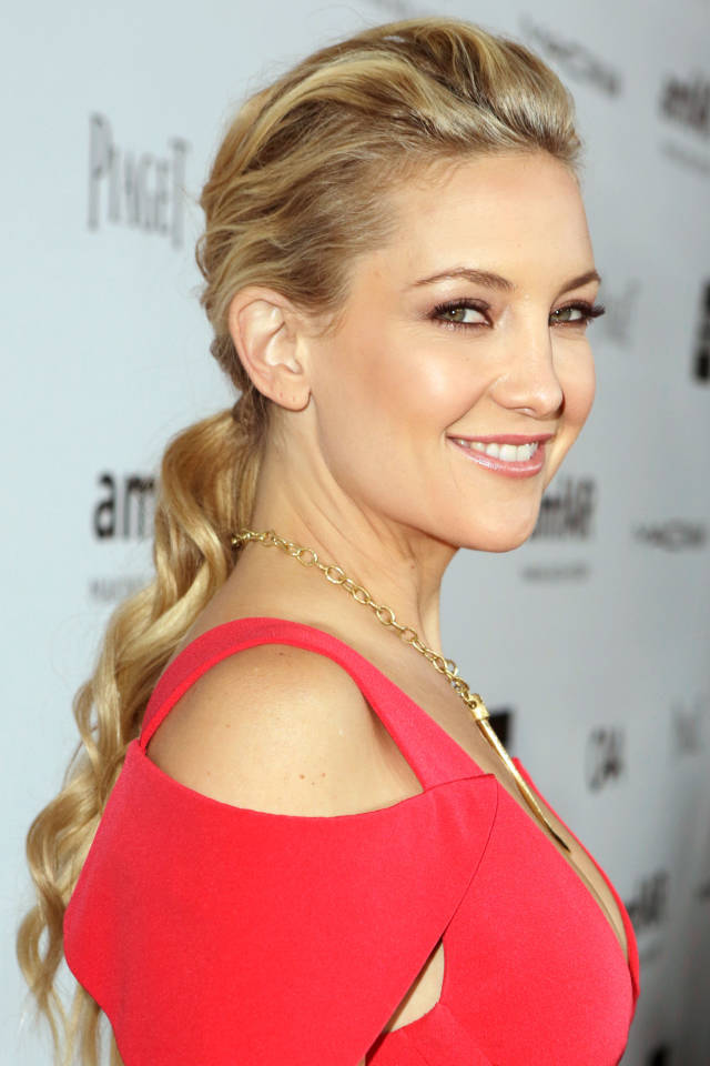Meet the trend with ponytails: wavy ponytails