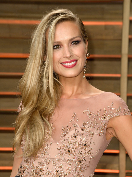 Best hairstyles for super mothers: Petra Nemcova Side Sweep