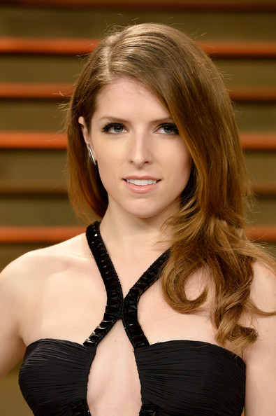 Best hairstyles for super mothers: Anna Kendrick Long Wavy Cut