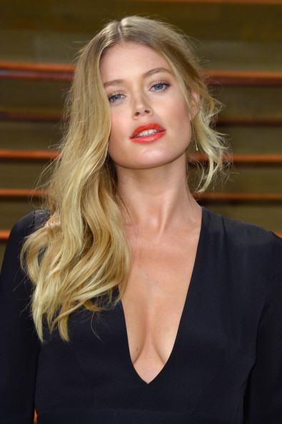Best hairstyles for super mothers: Doutzen Kroes Side Sweep