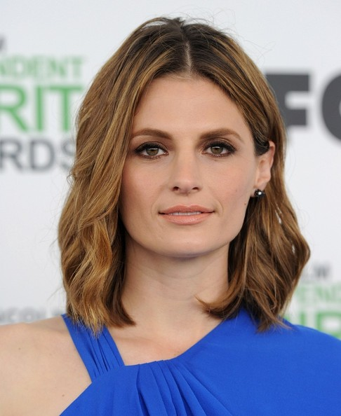 Best hairstyles for super mothers: Stana Katic Medium Wavy Cut