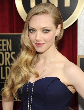 Amanda Seyfried retro long wavy hairstyle