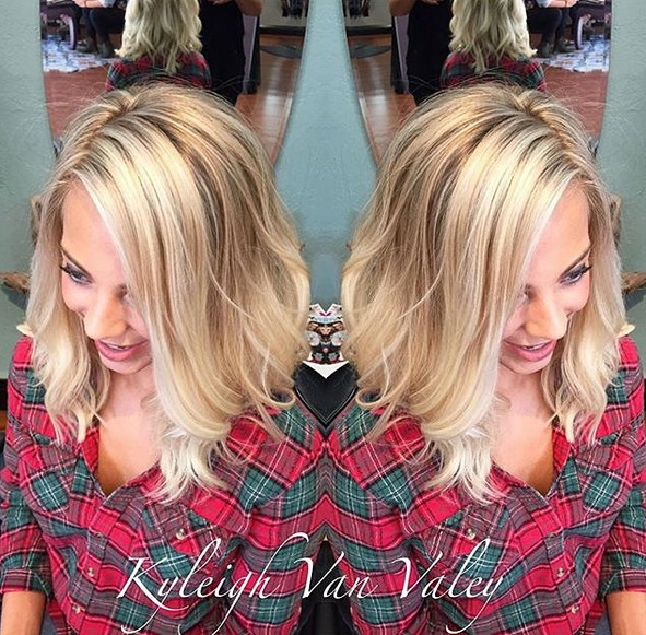 Medium wave hairstyle for blonde hair