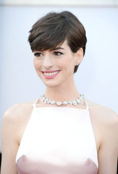 Cool chic, short, laterally subdivided hairstyles for this season .