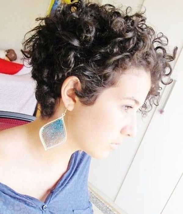 Short Curly Hairstyles for womens | Cabelo curto encaracolado .