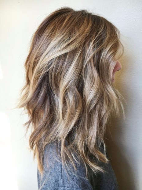37 Medium Length Hairstyles and Haircuts for 20