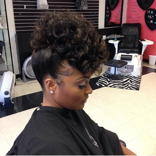 This updo by @hair_lifeee is simply stunning. It would be .