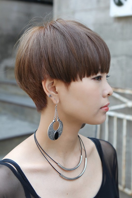 Ultra-Trendy Short 'Rihanna' Bowl Cut - Avant-Garde Hairstyle .